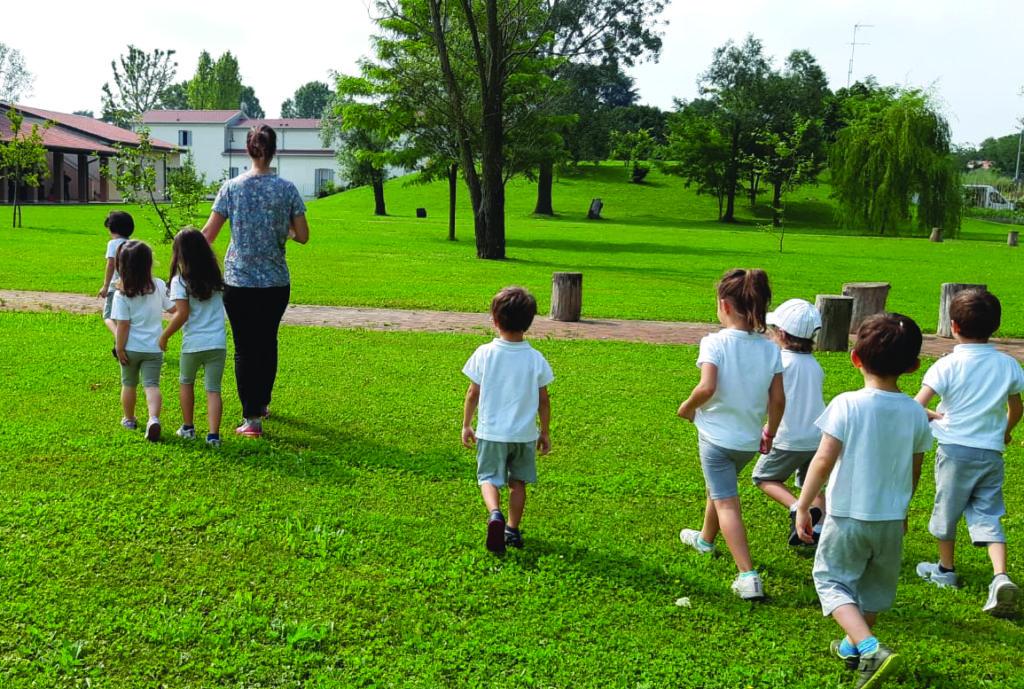 Foto Centri estivi alle Scuole IRPEA. Bambini su prato.